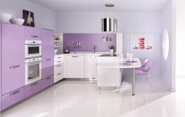 Кухонный гарнитур выбирается сиреневый с белыми вставками.