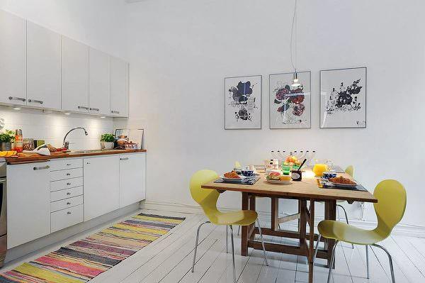 В большой кухне можно повесить несколько стильных, современных картин или модных постеров.