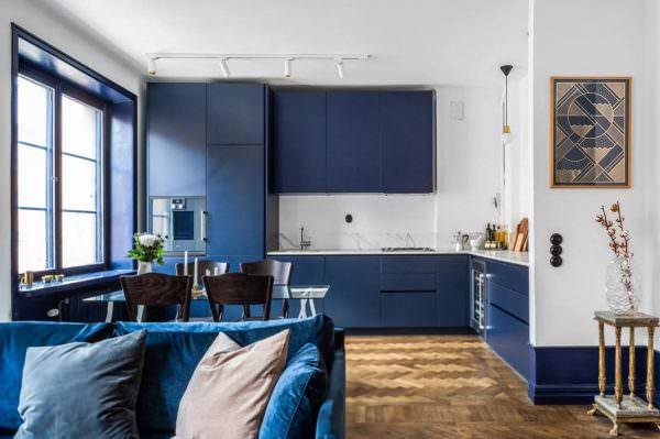 В Скандинавии выбирают максимально холодные тона синего и голубого, приглушенные, темные, словно смешанные с серым.