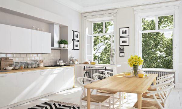 Популярным дизайнерским приемом является выбор прочной, деревянной столешницы натурального цвета.