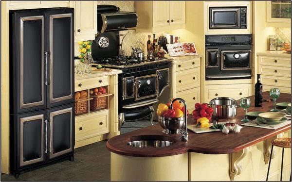 Главное, гармонично соединить бытовую технику со старинным кухонным гарнитуром и обязательными аксессуарами в старом стиле.