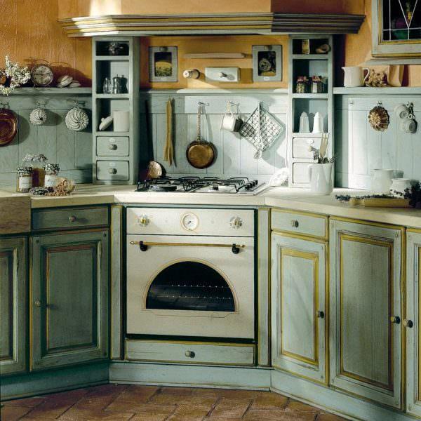 Не стоит захламлять кухню всем, что найдете на барахолке, несколько вещей из давно минувших лет будет вполне достаточно, чтобы создать образ стиля и уютную обстановку.