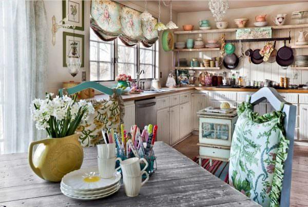 Не забывайте о наличии текстиля в кухне – это красочные шторки на окнах с цветочными и природными мотивами, и яркие коврики под ногами.
