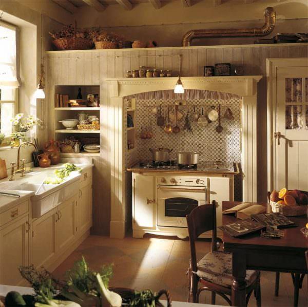 Сейчас пользуется огромным спросом белая кухня под старину, которая выглядит очень органично в современном интерьере.