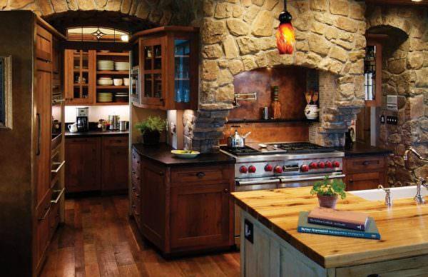 Деревянную столешницу можно подобрать к фасадам гарнитура, при правильном уходе она может прослужить достаточно долго.