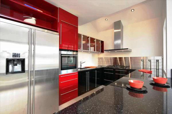 Выбор начинают с кухонного гарнитура. Этот элемент с легкостью выполнит акцент на себя.