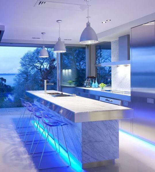 Декор может выражаться и во внешней отделке мебели, гарнитура, а также столешнице и фартуке.