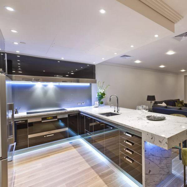 Модной тенденцией отделки кухонного пространства является декоративный потолок