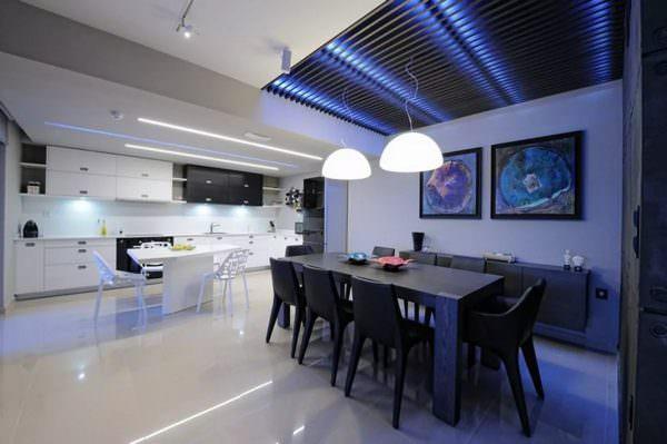 Для кухонных помещений, отделанных в стиле Хай-Тек, больше подойдет высокая световая температура (синее свечение).
