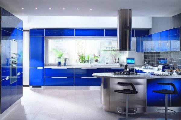 Кухня с синим гарнитуром в стиле хай-тек