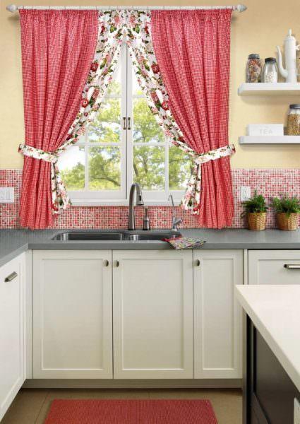 Занавески, связанные на кухню в стиле прованс, особенно колоритны.