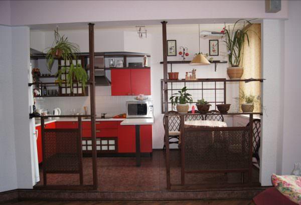 Минимализм японской кухни не стоит путать с аскетизмом. В интерьере такой кухни всегда присутствуют милые безделушки, статуэтки, вазы, картины, комнатные растения.