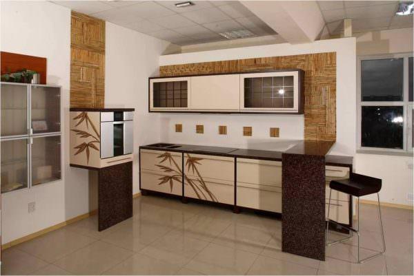 Стены в кухнях в японском стиле облицовываются древесными панелями или оштукатуриваются и оклеиваются бумажными обоями нейтральных цветов и рисунков.