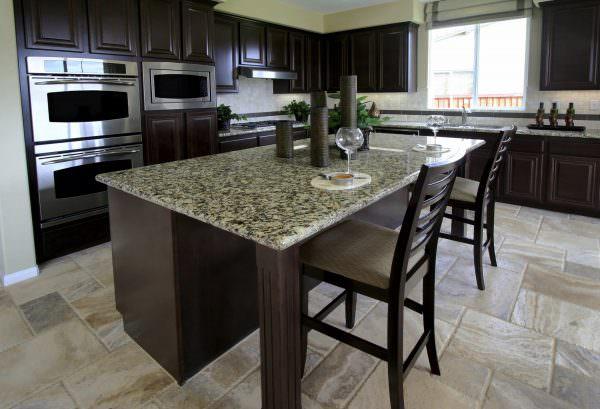 Камень как материал столешницы используется натуральный и искусственный.