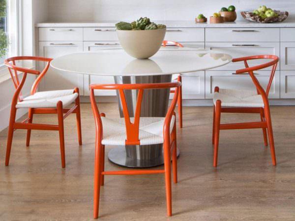 Кухонный стол из пластика встречается чаще всего.