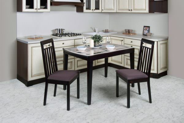 Кухонные обеденные столы имеют стандартную высоту 75 см, но изготавливаются и другие варианты: 70-90 см.