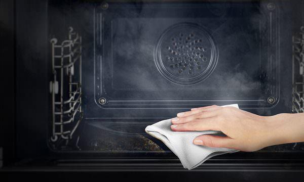 Очистить духовой шкаф — это огромная проблема для каждой хозяйки, ведь отмыть скопившийся жир на стенках — задача не из легких.