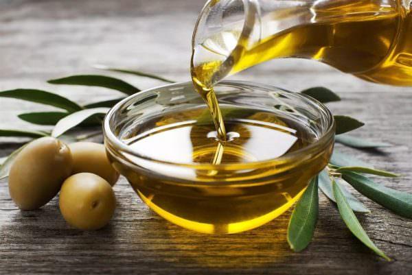 Для некоторых повреждений может подойти обычное оливковое, подсолнечное или детское масло.