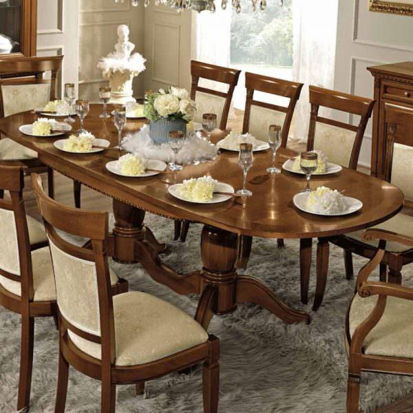 Цвет округлого стола может варьироваться. Если это древесина, лучше сделать акцент на природные оттенки