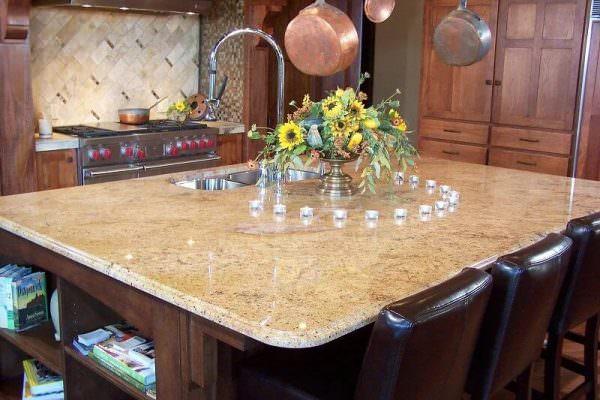 Мраморный овальный стол выглядит элегантно, но он должен гармонировать с обстановкой кухни.