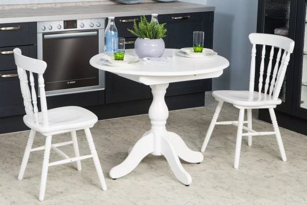 Наиболее простые модели белой садовой мебели редко предлагаются с овальными столешницами.