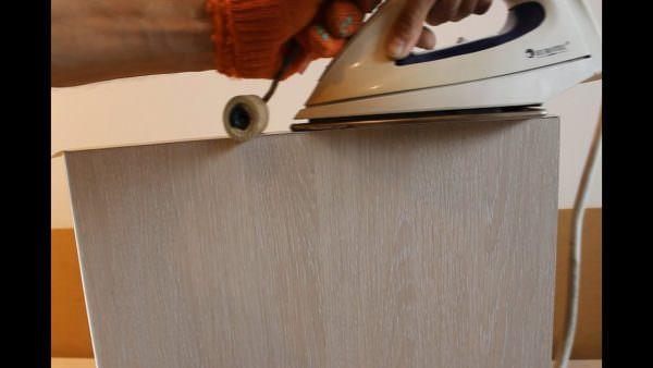 Клей лучше наносить и туда и туда - на кромку и на торец столешницы. Осуществлять прижатие нужно с помощью жесткого валика.