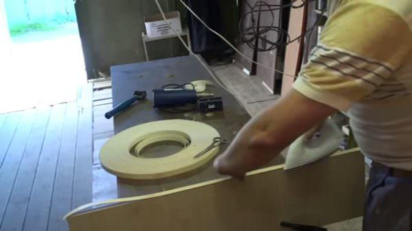 Обязательно следим за тем, чтобы вся поверхность среза была покрыта кромкой.