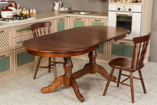 Дополнительный способ экономии свободного пространства – раскладной овальный стол для кухни