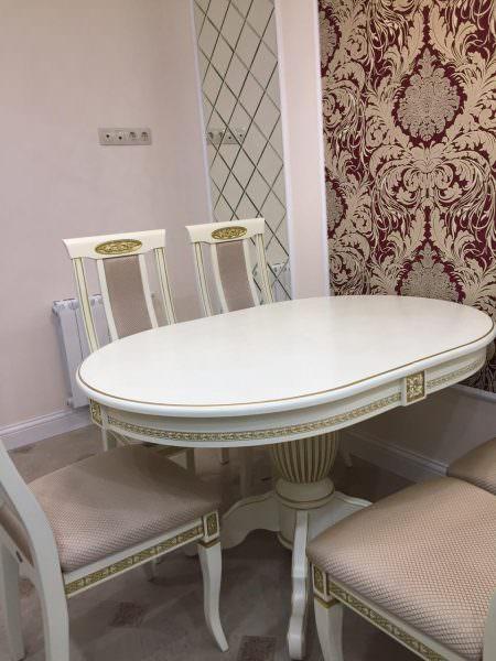 Овальные столы с раздвижным оснащением предлагают на порядок дороже обычных, но им отдают предпочтение из-за возможности увеличения посадочных мест.