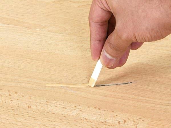 Царапины разной глубины можно удалить с деревянной поверхности, если обработать ее наждачной бумагой, а затем отполировать.