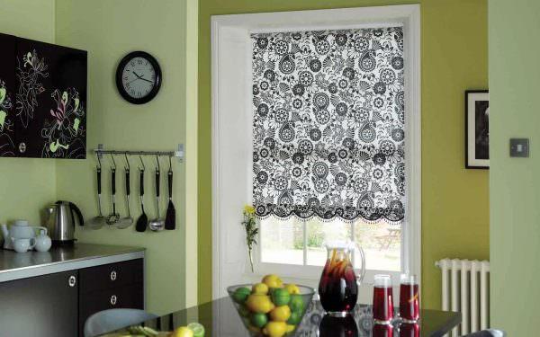 Легкий способ оформить кухонное окно - повесить на него шторы, имеющие вид рулона.