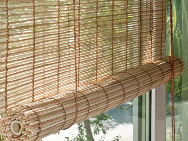 Часто рулонные шторы на кухню изготавливают из натуральных материалов. Популярные - джут и бамбук
