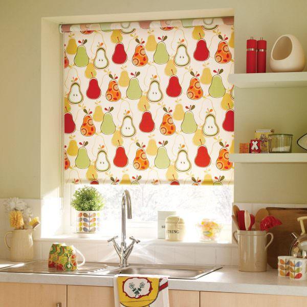 В интерьере кухни рулонные шторы могут иметь разнообразные рисунки.