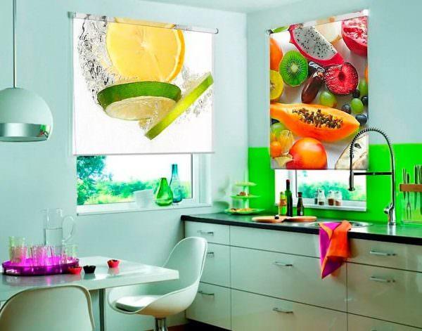 Подходящий вариант для кухни, особенно если присутствует такого же плана кухонный фартук.