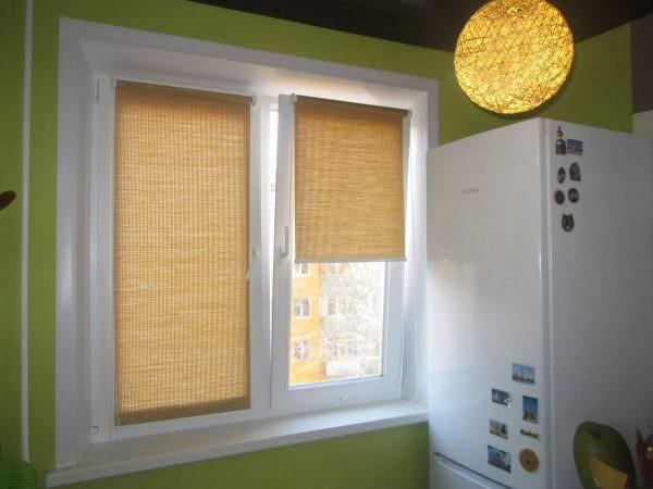 При полностью опущенных шторах сохраниться доступ к подоконнику, также останется возможность открытия окна и регулировки, насколько поднять агрегат отдельно на каждой створке.