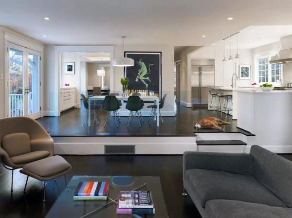 Подиум позволяет создать визуальное разграничение, выделяя зону кухни и помещая ее в своеобразную нишу.