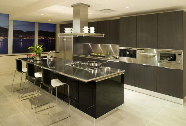 В таком интерьере классические элементы могут являться частью квартиры, выполненной в современном стиле.
