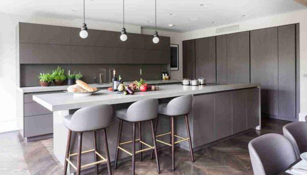 Даже грамотно подобранный цвет стен способен расширить небольшую площадь кухни и сделать ее современной.
