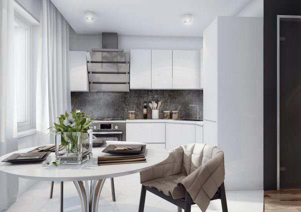 Для полностью белой кухни идеально подходит металлик.