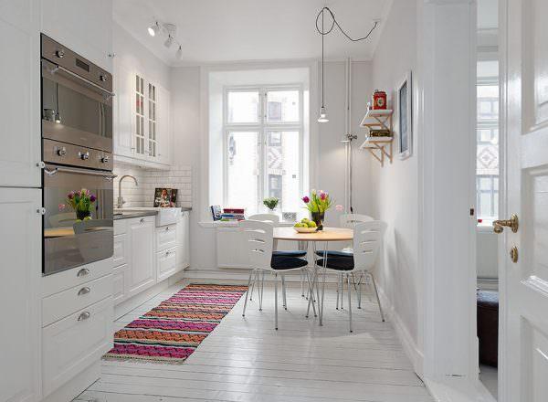 Для маленькой кухни будет идеальным решением использовать более светлые и спокойные тона.