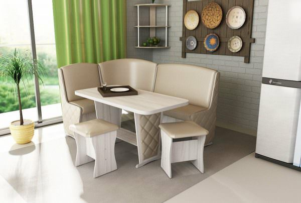 Это может быть отдельно стоящие табуретки, кресла, или вообще цельный угловой диванчик с удобным столом.