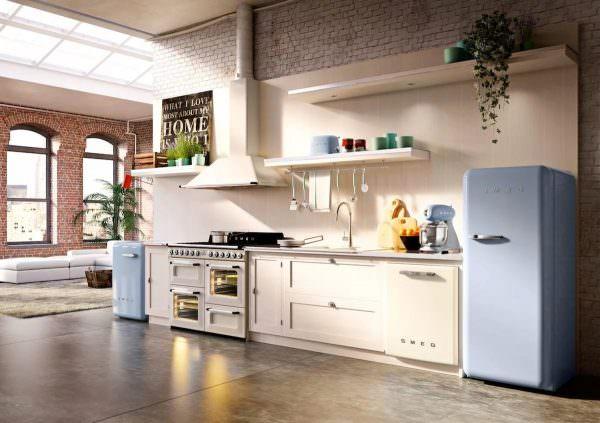 многие при регулировке ножек холодильника, отклоняют его немного назад, на работу это ни как не повлияет, а быстрое закрытие дверок улучшит;