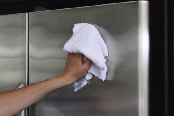 В связи с современными дизайнерскими решениями у многих встает вопрос: как убрать царапины в домашних условиях с холодильника стального цвета?