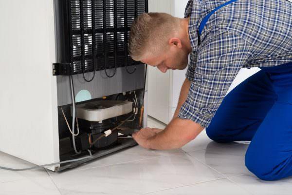 Часто в холодильнике скапливается оттаявшая вода, если она не может попасть в дренажное отверстие из-за того, что техника находится под наклоном.