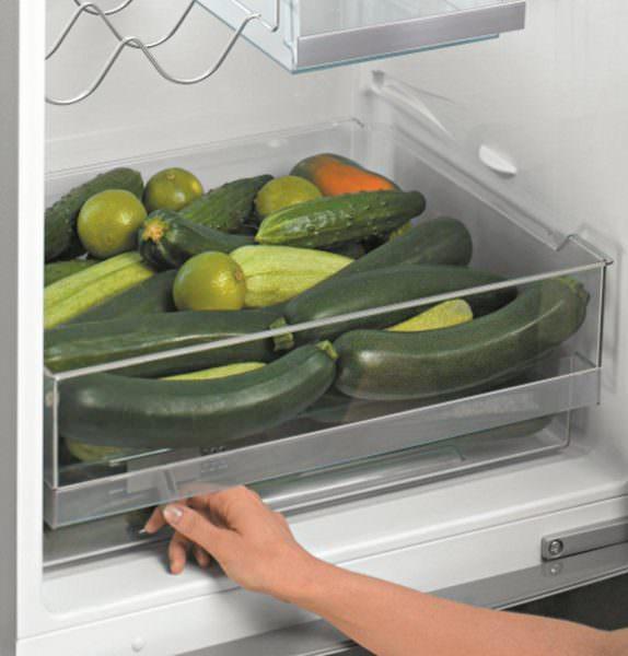 Почему в холодильнике скапливается вода под ящиками для овощей - когда попадает теплый воздух, она начинает таять, капли скатываются вниз к ящикам с овощами и фруктами.