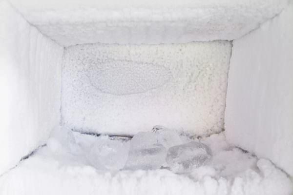Холодильник хуже работает, потребляет больше электроэнергии, сложнее поддержать оптимальную температуру.