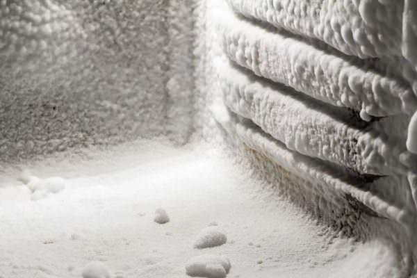 Нельзя грубыми усилиями отбивать лед с внутренней поверхности корпуса.