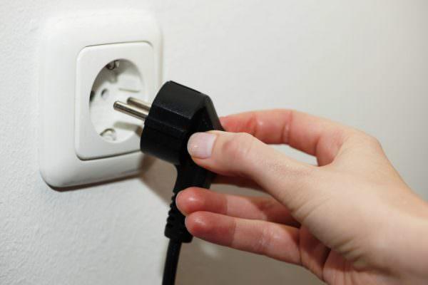 После доведения температуры до 0 градусов, отключите вилку от электросети, раскройте дверцы нараспашку.