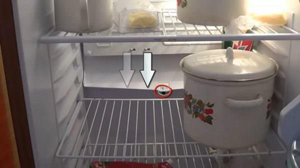 Убедитесь в отсутствии посторонних предметов в отверстии для слива конденсата, воды.