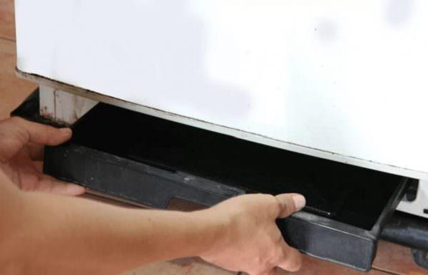 Проверьте поддон. Возможно, от времени, коррозии от влаги он поржавел или в нем появились трещины.